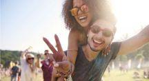 un couple qui s'amuse lors d'un festival de musique