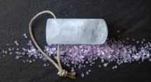 une pierre d'alun sur une ardoise