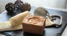 du savon noir posé à coté d'un loofah et de quelques accessoires de beauté utilisé dans les hamam