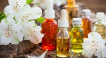 des huiles essentielles dans des flacons avec des fleurs