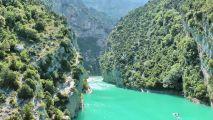 une étendue d'eau turquoise