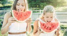 deux filles mangent de la pastèque