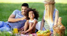 une famille en train de pique-niquer dans un espace vert