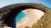 Une plage dans un trou de rochers