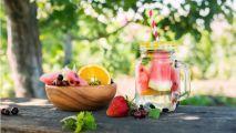 une eau detox à la pastèque et un bol de fruit l'été