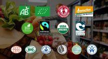 un homme dans un magasin cherche des légumes, il est entouré de labels bio
