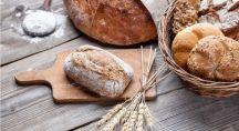 du pain et du blé sur une table