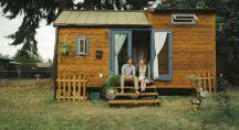 un couple devant une toute petite maison, Tiny House
