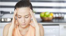une femme est sujette aux maux de têtes