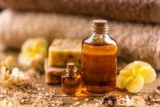 deux bouteilles d'huiles végétales posées sur une table
