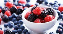 des framboises, mûres et myrtilles riches en antioxydants dans un bol