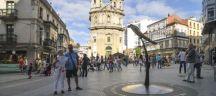 rue de Pontevedra où les habitants se promènent
