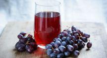 jus et grappe de raisin sur une table
