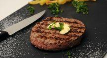un steak haché sur une assiette en ardoise