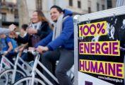 des personnes pédant pour produire de l'énergie humaine