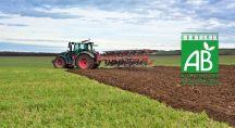 un tracteur dans un champs biologique
