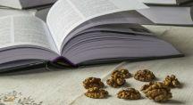 des noix à côté d'un livre