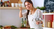une femme heureuse qui cuisine
