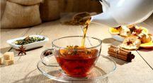 une théière verse une tisane digestive dans une tasse