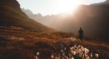 une homme médite et se promène dans les montagnes