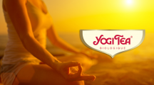 Personne pratiquant le yoga par une lumière de couché de soleil