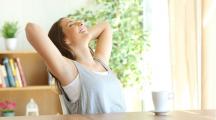 une femme détendue dans une maison saine