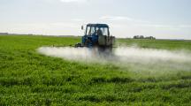 épandage de pesticides dans un champs