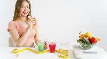 Jeune fille buvant un jus détox dans une optique de régime sévère