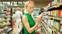femme supermarché rayon cosmétiques