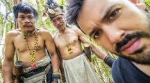 photo de Julien Donzé avec deux indiens Penan dans la forêt tropicale