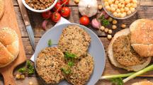 steak végétal et ingrédients sur une table