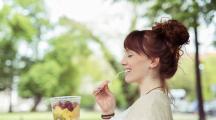 femme mange fruits