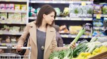femme supermarché choisit fruits et légumes