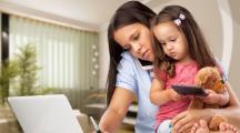 mère devant un écran et au téléphone avec son enfant