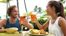 couple restaurant plage