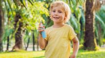 petit garçon avec spray antimoustique