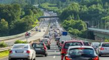 voitures qui circulent sur l'autoroute