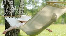 femme dans un hamac en vacances qui dort