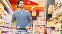 homme dans un supermarché