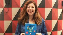 Marianne Power tenant son livre Help Me ! dans les mains
