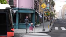Un homme aide une dame à traverser la rue