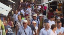 Horde de tourisme parcourant les rues de Venise