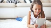 Une petite fille devant une tablette