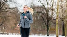 Une femme qui fait du sport dans la neige