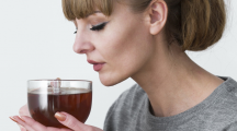 femme boit thé chaud
