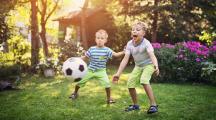 Des jeunes garçons jouant au foot
