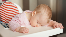 Sommeil : pourquoi les enfants s'endorment n'importe où et dans de drôles de positions ?