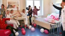 Depuis peu, la maternité du Groupe Hospitalier mutualiste de Grenoble propose aux parents des chambres avec lits doubles.