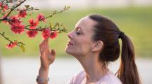 Femme sentant une fleur