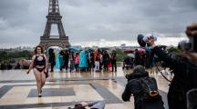 Elles défilent devant la tour Eiffel contre les diktats de la mode